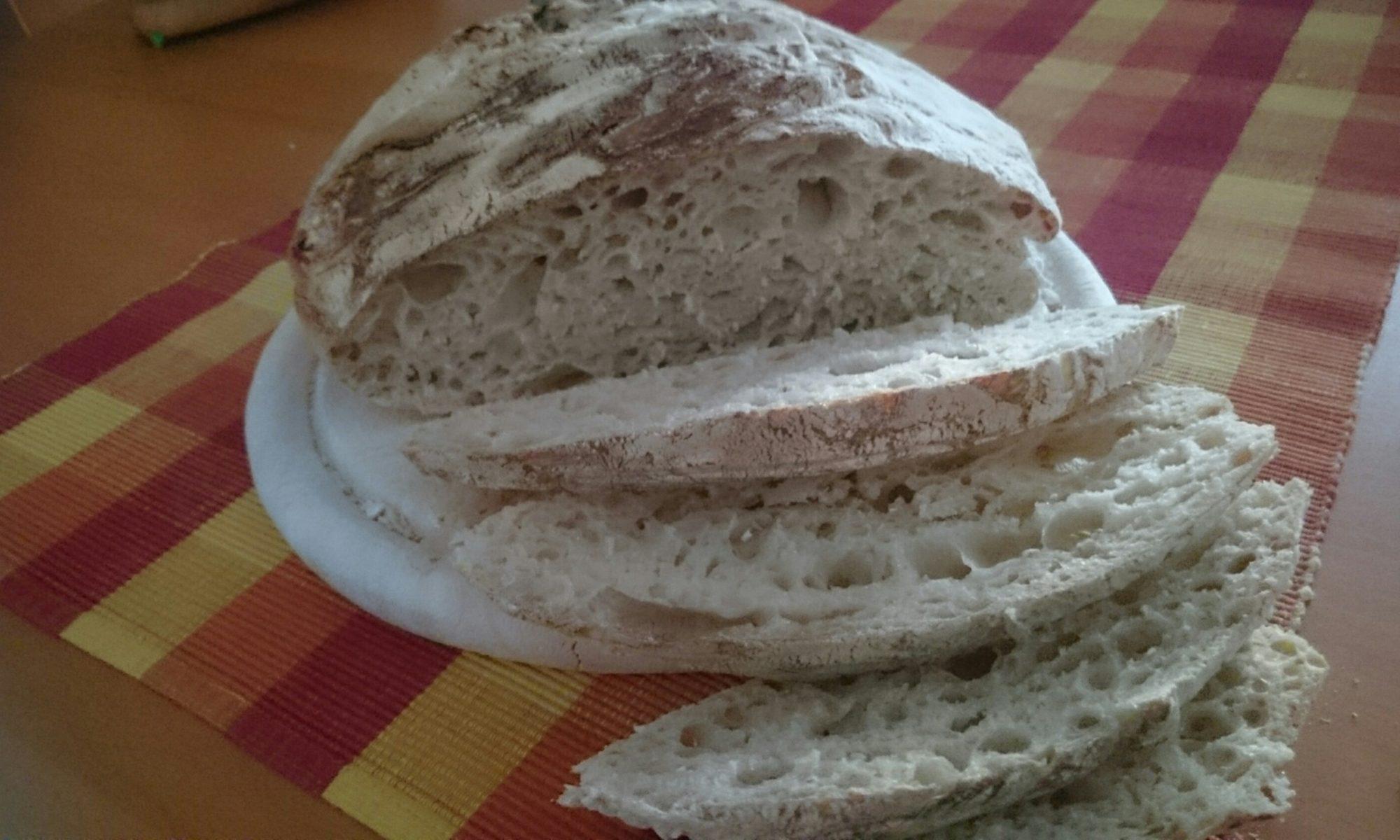 Krustenbrot aus dem Topf: Das fertige Brot angeschnitten