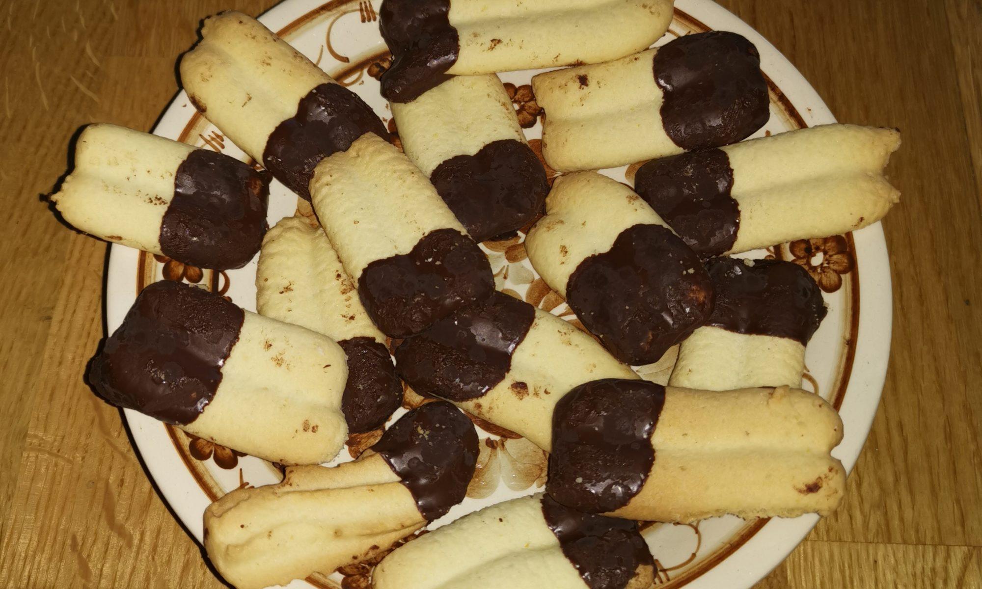 Spritzgebäck in Schokolade getunkt