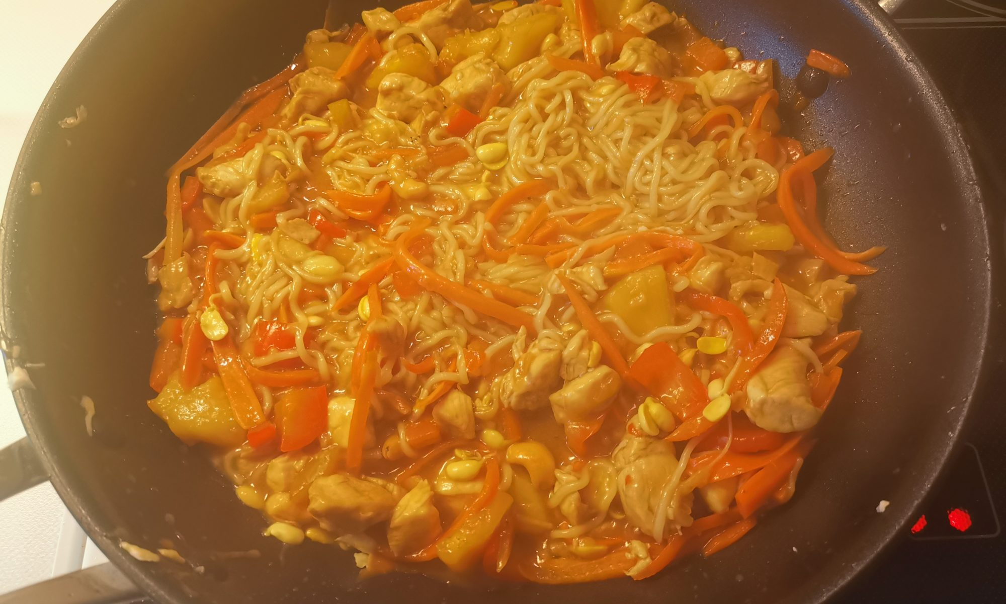 Wok gebratenes Hühnchen mit Gemüse Süß-sauer Titelbild